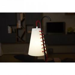 Tavolino con lampada Chiara di Emporium. Design by Walter Sbicca